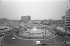 306039-27 Hofplein na de restauratie van de fontein. Links het Weena en het Groothandelsgebouw, in het midden het ...