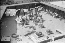 306080-13 Ontspannende jongeren in het zonnetje op Camping Kanaalweg aan de Kanaalweg 84.