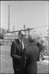 306089 Na zijn aankomst per helikopter in Europoort, wordt de minister van Buitenlandse Zaken mr. J. M. Luns (links) ...