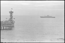 306105-32 Het passagiersschip ss Statendam vaart langs de Pier van Scheveningen (links) in kader van viering HAL-jubileum