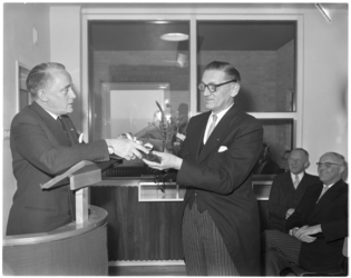 3077-1 Commissaris van de Koningin, mr. J. Klaasesz, (links) overhandigt de dijkgraaf van de Dijkring IJsselmonde, H.C. ...