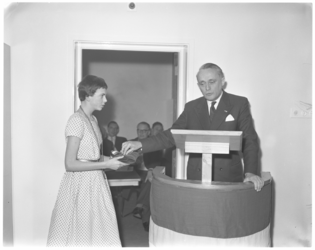 3077-2 Commissaris van de Koningin, mr. J. Klaasesz, krijgt van 14-jarige Heleen Leenheer de sleutel van het nieuwe ...