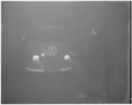 3083-1 Een chauffeur van een Volkswagenbusje wordt gemaand vaart te minderen in verband met de mist.