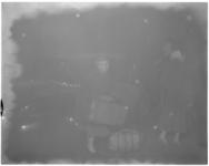 3083-2 Dames met koffer en tas in avondlijke mist.