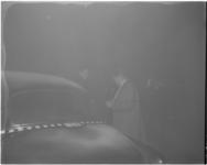 3083-3 Blokbandtaxi-chauffeur in de mist.