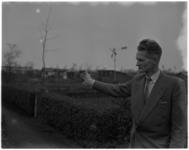 3086 De Heer van der Staay maakt met zijn arm een gebaar richting 'jonge' volkstuinen.