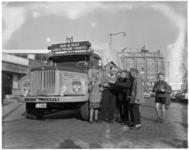 3088-1 Vrachtauto met extra tekstbord 'ijsauto' (actie voor Albert Schweitzer-kliniek in Lambarene) op het Kruisplein ...