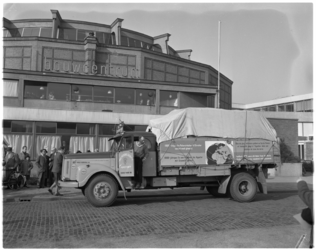 3088-2 Vrachtauto met extra tekstbord 'ijsauto' (actie voor Albert Schweitzer-kliniek in Lambarene) staat voor Bouwcentrum.