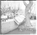 3090 Auto hangt tussen stenen brugovergang en boomstam in Vreewijk recht tegenover het Zuider Volkshuis aan de Brink.