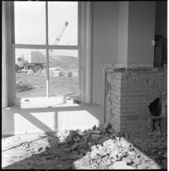 3098-1 Interieur van half afgebroken sloophuis in het Europoortgebied.