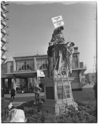 3107-1 Centraal Hervormde Jeugdraad-studenten van de vakgroep 'De Opgeknapte Stad' reinigen het standbeeld van Erasmus ...