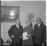 3129 Uitreiking Paul Nijghpenning aan Lucy Havelaar, oud-directrice van het Zuider Volkshuis, architect H.M.J.H. ...