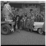 3134 De Zwitserse robot Sabor, stevig vastgebonden op een vrachtauto, op de Coolsingel bij juwelier Siebel.