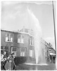 3142 Spuitende waterleiding op de Kleiweg door kwajongensstreek.