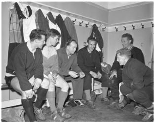3146-1 Spartatrainer Denis Neville met vijf Spartanen in de kleedkamer.