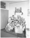 3149 Rotterdamse kinderpolitie toont overvolle tafel met speelgoed- wenskaarten en kleding voor mishandelde Wimpie F.