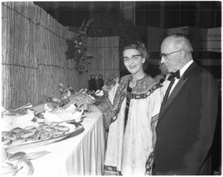 3151-6 Henriëtte Holthausen met burgemeester Van Walsum bij buffet tijdens Boekenbal in de Rivièrahal
