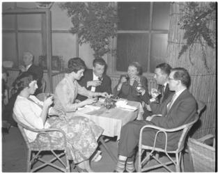 3151-8 Sfeerplaat tijdens Boekenbal in de Rivièrahal; drie dames en vier heren