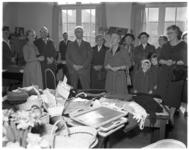 3160-1 Mevrouw Van Walsum opent Sonneheerdt-markt in het gebouw Pro Rege aan de Oudedijk.