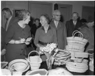 3160-2 Mevrouw Van Walsum opent Sonneheerdt-markt in het gebouw Pro Rege aan de Oudedijk.
