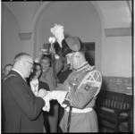 3165-4 Burgemeester Van Walsum reikt iets uit aan de tamboer-maître van de Koninklijke Harmonie De Ster van Maastricht.