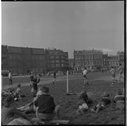 3166 Straatvoetbalwedstrijd op stuk grond aan de Schiedamsesingel, links schoolgebouw van de Rotterdamse ...