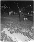 318-1 In verband met de gladheid wordt door agent zand op de rijweg gestrooid.