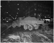 318-2 Strooiwagen strooit zand in verband met de gladheid.