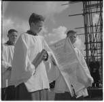 3183-3 Drie koorknapen met oorkonde bij eerste steenlegging op de bouwplaats van nieuwe Sint Dominicuskerk, de ...