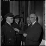 3201 Burgemeester G.E. van Walsum reikt aan 58 politiereservisten in gebouw Palace onderscheidingen uit.