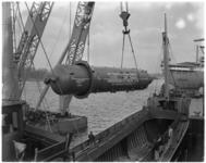 3205 Een zestien meter lange reactor wordt bij RDM in het ruim van de Engelse coaster Quentin geladen.