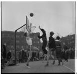3215-1 Jaarlijk sporttoernooi van gymnasia op gereformeerde grondslag bij het Marnix-gymnasium aan het Henegouwerplein.