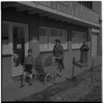 3221-1 Dames en kinderen wandelen met kinderwagen in nieuwbouwwoonwijk.