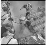 3231-3 Brandweerlieden blussen rokende balen katoen in ruim van motorschip Hoyanger.