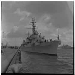 3240-2 Oorlogsschip Frans smaldeel (D 607-schip) ligt parallel aan Parkkade om af te meren.