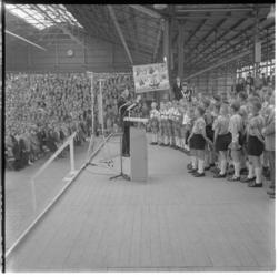 3249-1 Ahoyhal met zingende kinderen tijdens bevrijdingsfeest