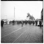 3250-1 Marinierskapel met fakkeldragers op de Boompjes, op weg naar de herdenkingsplaats bij de Willemsbrug.