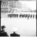 3250-2 Marinierskapel voor stadhuis Coolsingel en burgemeester Van Walsum i.v.m. dodenherdenking.