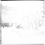 3250-3 Kranslegging bij monument op het Stadhuisplein.