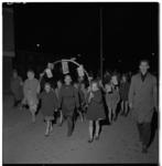 3251-1 Jeugd met lampionnenboog in bevrijdingsoptocht in Pendrecht.