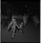 3251-4 Een drumband van 7-december-veteranen begeleidt met een bok een lampionoptocht in Pendrecht.