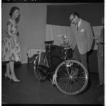 3262 In verband met zijn afscheid krijgt ds. H.D. Bruggeman een fiets aangeboden.