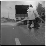 3276 Schoonspuiten wegdek na lekken van olie door vrachtwagen.