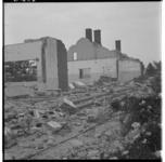 3285-2 Skeletten van oude bebouwing die gesloopt wordt in verband met de aanleg van het haven- en industriegebied Europoort.