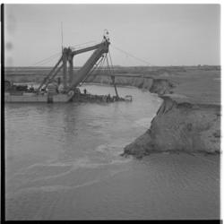 3285-3 Het (af)graven van grond op Rozenburg, voor de nieuwe havens van Europoort.