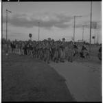 3289-2 Militairen in gevechtsuitrusting lopen langs de Korperweg mee in de avondvierdaagse.