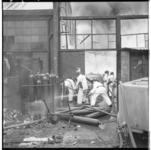 3290-3 Brand in diverse bedrijfsgebouwen aan de Stadionweg 53 met brandweermannen bij gascilinders. Bluswerk door ...