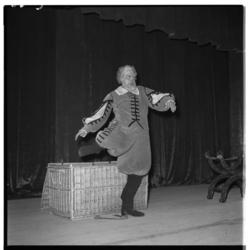 3303-1 Acteur Pim Dikkers als pseudo-Falstaff tijdens de opening van het Rijnhotel.