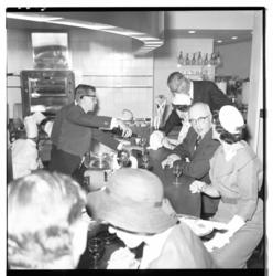 3303-2 Burgemeester G.E.van Walsum aan de bar in het Falstaff-restaurant in het geopende Rijnhotel.