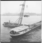 3304-3 Binnenvaartschip en drijvende bok met kipkar in takels.